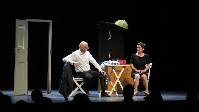 Zwei Menschen auf der Bühne, Publikum im Vordergrund (im Schatten)