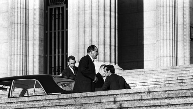 Männer vor dem Gerichtssaal