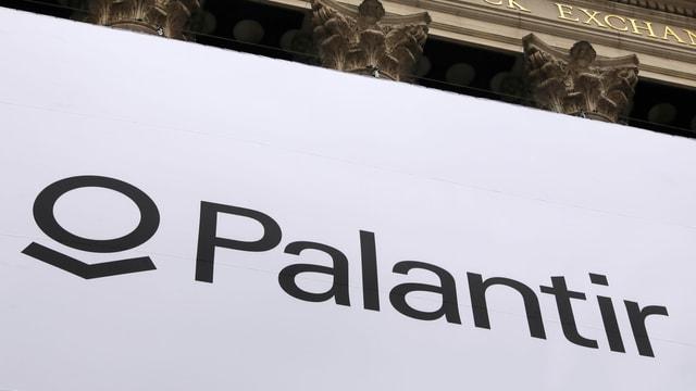 Palantir ist eine private US-Firma, die Software für Geheimdienste bereitstellt. Und die Daten selber sammelt.