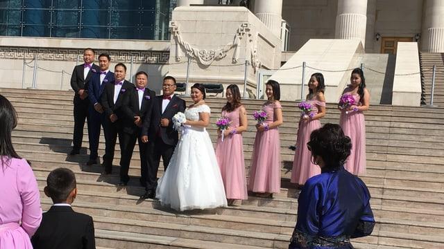 Eine Hochzeitsgesellschaft auf dem Dschingis-Khan-Platz
