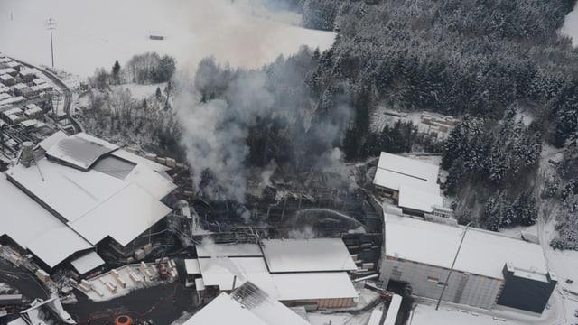 Rauchwolke über der Sägerei Schilliger - Vogelperspektive
