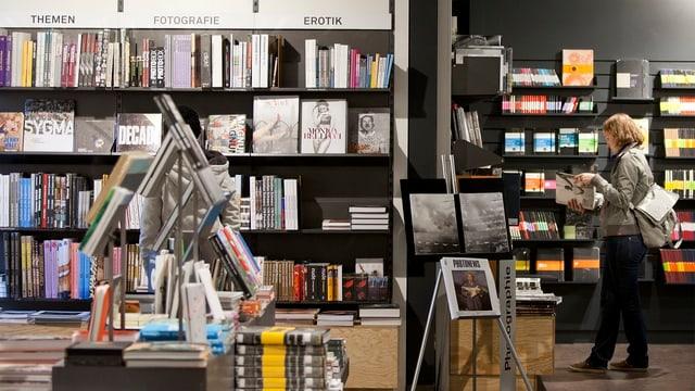Eine Frau liest in einem Buch in einer Orell-Füssli-Filiale in Zürich