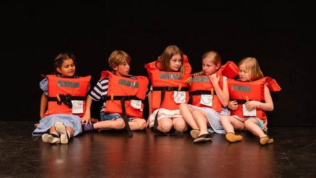Kinder auf einer Bühne beim Theater spielen.