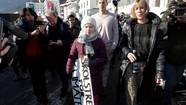 Greta Thunberg macht sich mit Begleitern und Journalisten auf den Weg zu ihrem Sitzstreik in Davos.
