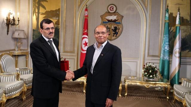 Ali Larayedh und Präsident Moncef geben sich im Präsidentenpalast die Hand.