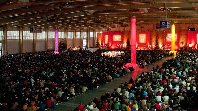 Blick in eine Messehalle mit tausenden jungen Erwachsenen