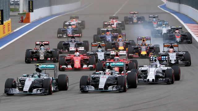 Blick auf ein Formel 1 Rennen nach dem Start.