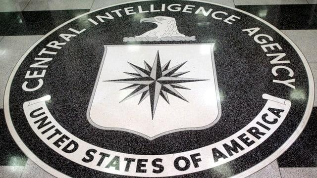Emblem der CIA auf dem Boden.