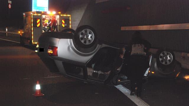 Unfallauto auf Dach liegend im Spitalhoftunnel bei Solothurn