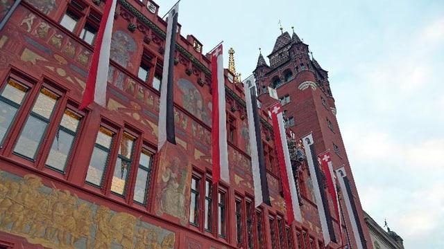 Das beflaggte Basler Rathaus
