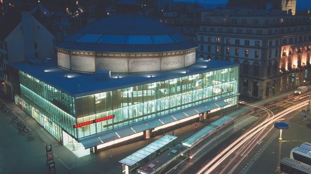 Das Bourbaki Panorama Museum während der Nacht, hell erleuchtet.