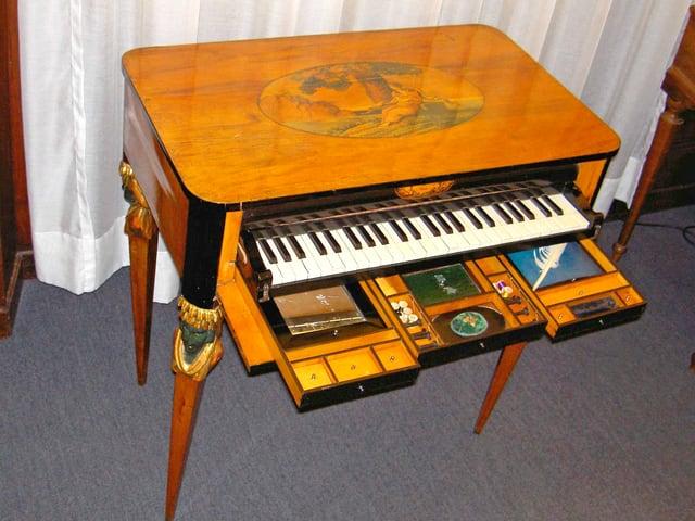 Historisches Klavier mit Schubladen.
