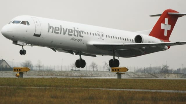 Flugzeug von Helvetic Airways hebt ab.