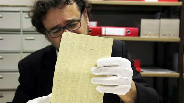Francesco Lotoro untersucht eine Partitur