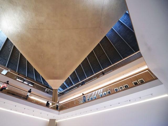Die Decke des Design Museums in London geht im Spitz nach oben.