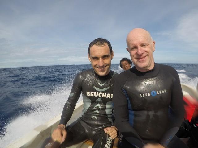 Forscher und Korrespondent in einem Schnellboot