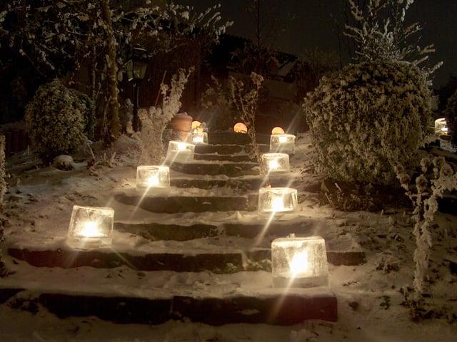 Eislichter beleuchten eine Treppe.