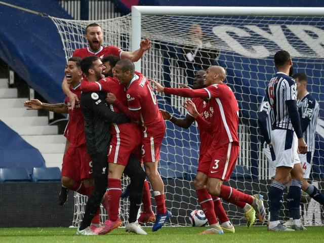 Die Liverpool-Spieler stürzen sich auf Matchwinner Alisson.