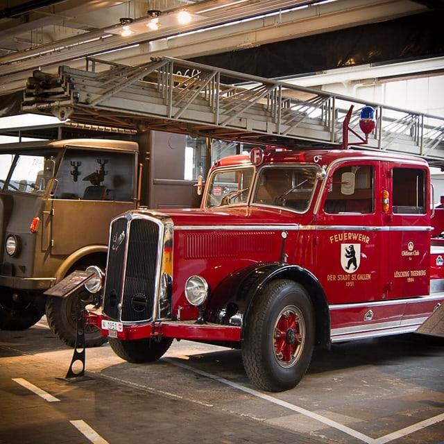 Ein altes rotes Feuerwehrauto mit dem Wappen der Stadt St. Gallen und der Autonummer 1951.