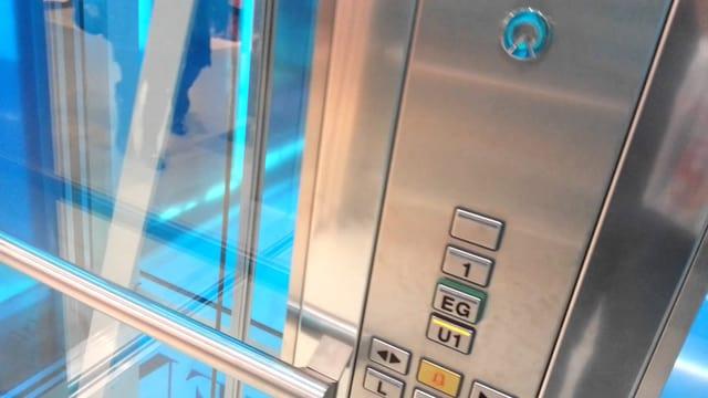 Lifttüre eines Liftes der Firma Schindler mit Stockwerk-Wahltasten.