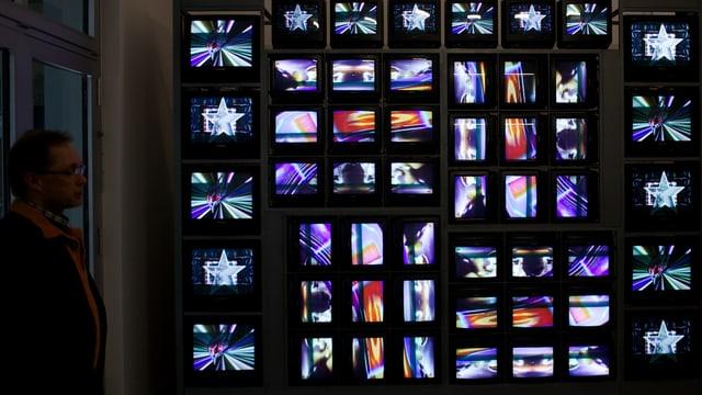 Eine Skultpur von 52 Röhrenmonitoren mit bunten Bildschirmeffekten