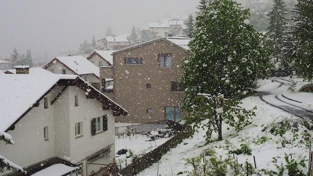 Am 20. Mai schneite es in Scuol in dicken Flocken.