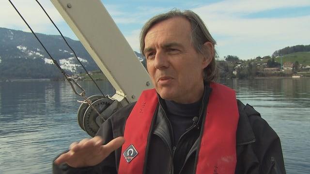 Bernhard Wehrli bei der Arbeit auf einem Schiff in der Horwer Seebucht bei Luzern.