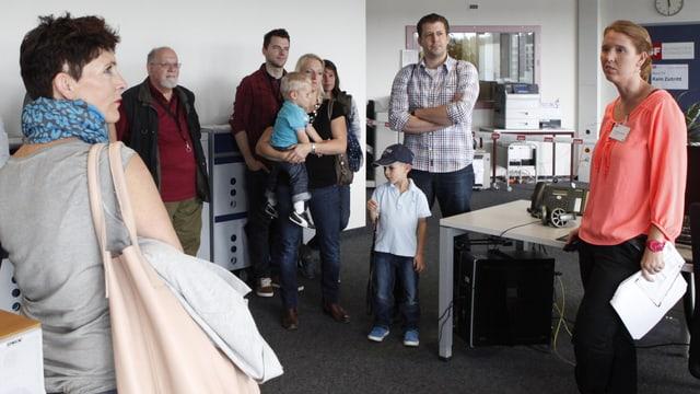 Besuchergruppe mit Familien und Kindern