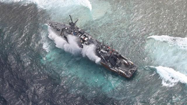 US-Kriegsschiff auf einem Korallenriff.