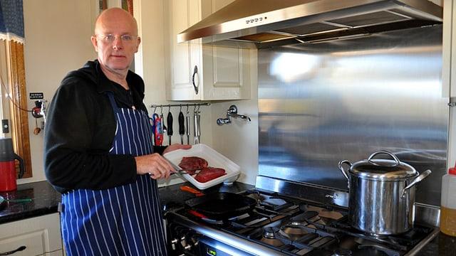 Urs Wälterlin in der Küche.
