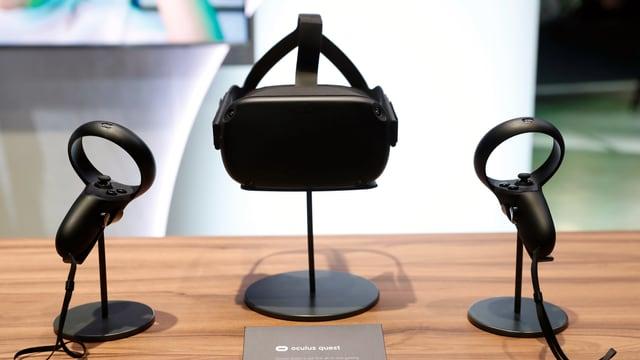 Eine Oculus-Quest-Brille steht zwischen zwei Oculus-Quest-Controllern.