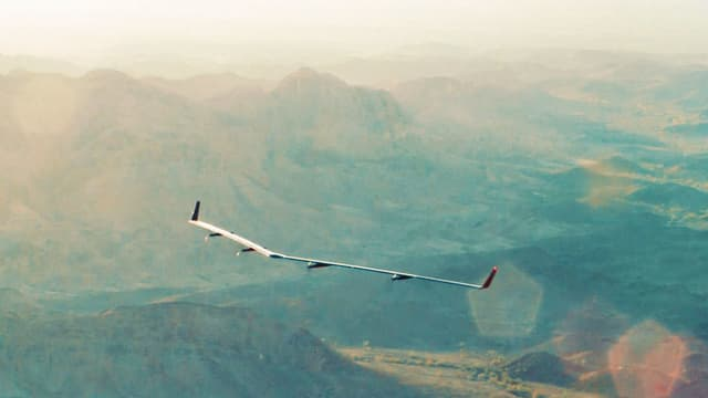 Drohne fliegt über Arizona.