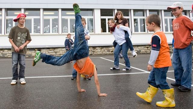 Kinder spielen auf dem Pausenplatz.