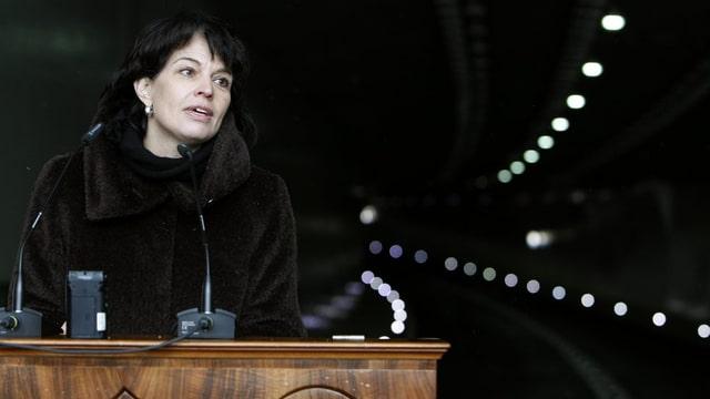 Bundesrätin Doris Leuthard am Rednerpult vor dem Tunnel Lungern.