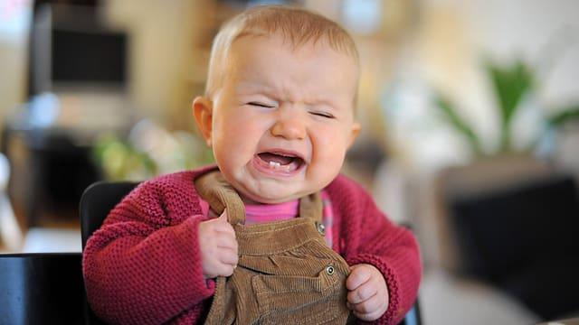 Ein Baby schreit.
