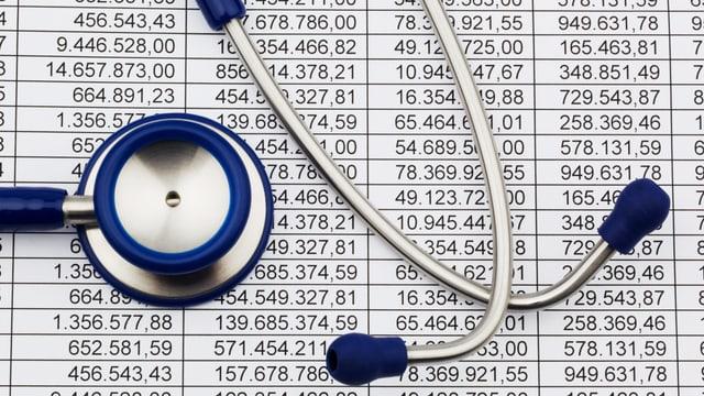 Ein Stethoskop liegt auf einer Bilanzrechnung