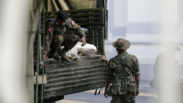 Soldaten in Burmas grösster Stadt Yangon nach dem Miltärputsch