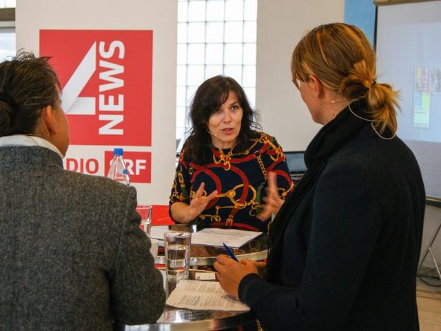 Moderatorin Cathy Flaviano diskutiert mit Personalverantwortlichen verschiedener Firmen.