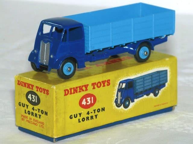 Blauer Spielzeuglastwagen auf Schachtel