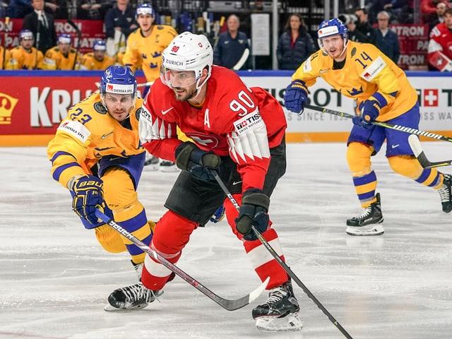 Roman Josi umringt von Schweden