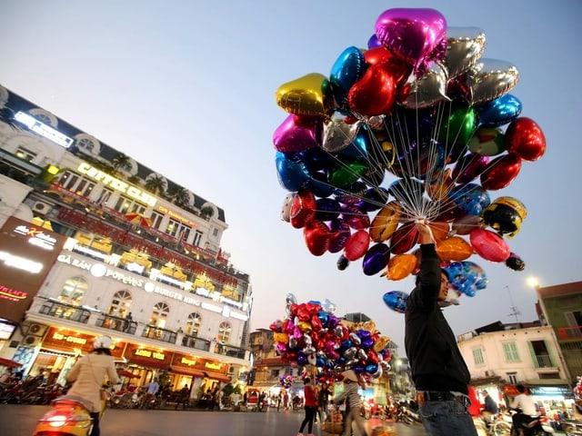 Ein Mann verkauft am Valentinstag in Vietnam Luftballone.