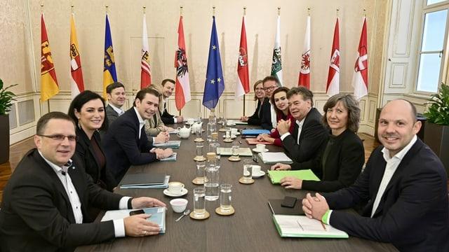 Die Verhandlungsteams von ÖVP und Grünen sitzen an einem Tisch.