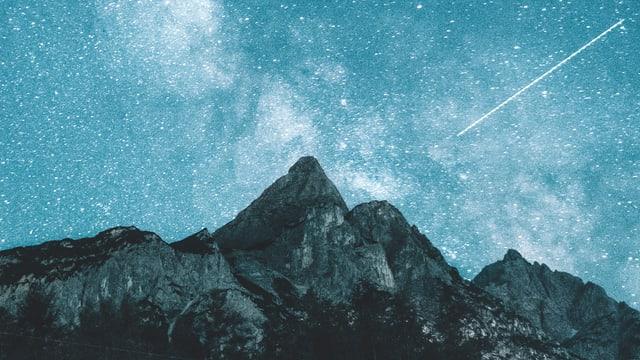 Eine Strenschnuppe erscheint über einer Berglandschaft.