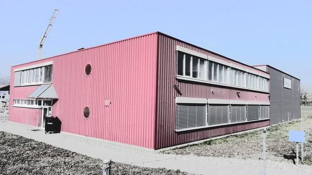 Ein ehemaliges Bürogebäude, das heute eine Asylunterkunft ist.