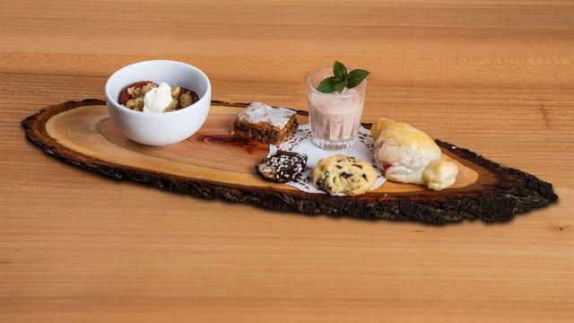 Angerichtetes Dessertplättli mit den verschiedenen Desserts.