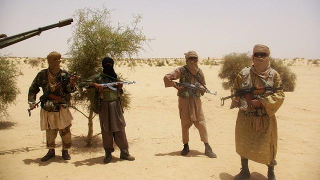 Umens armads en il desert.