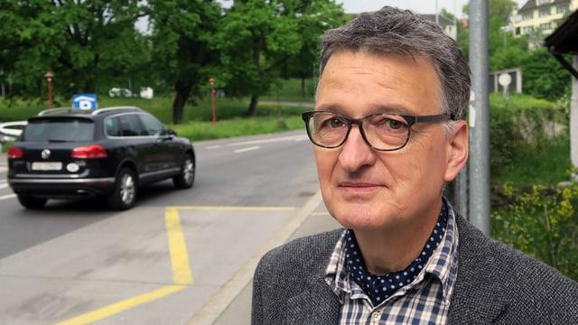 Porträt von Felix Kaufmann an einer Strasse