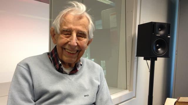 Porträt von Kurt Baumann im Radiostudio.