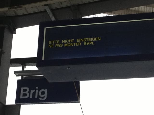 Die Anzeigetafel am Bahnhof Brig.