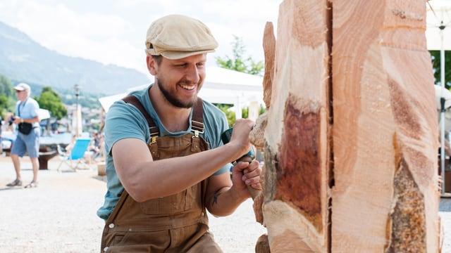 Ein Mann schnitzt Holz